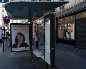 Smartphone opladen in bushalte
