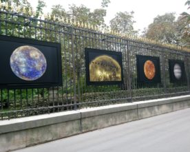 Foto's aan de hekken van Luxembourg