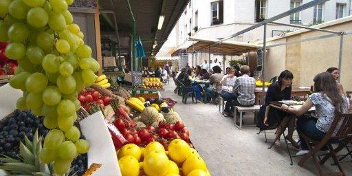 Le marché des Enfants-Rouges op de Rue de Bretagne met een boel eettentjes